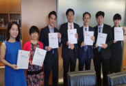 雷军林斌签署招股书,小米成港交所首家同股不同权公司