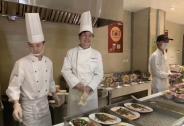杨元庆现身联想食堂端盘子,小年免费送鱼