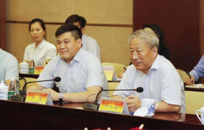 他因儿子被迫下海,创业30年坐拥千亿财富,号称全球华人第一狂